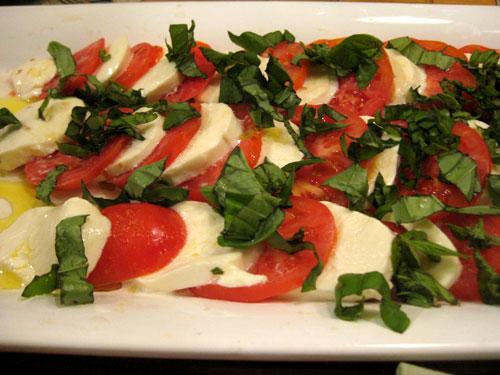 写真:乾杯の白ワインに合わせる前菜として、お父さんのデイルがあっという間に作ったトマトとモッツァレラチーズ、バジルのカプレーゼ