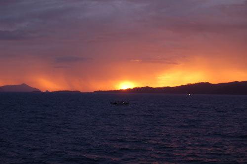 写真:飛行機も毎日飛んでいますが、時間があるならフェリーでの船旅がおすすめ。のんびり水平線を眺めていると、だんだん日が沈み、かけがえのない美しい一瞬を目にすることができます