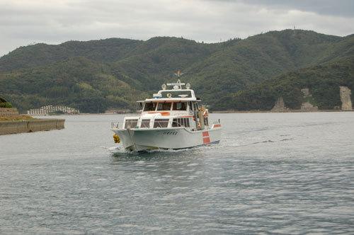 写真:島前3島を結ぶ内航船いそかぜ2。乗船料金は300円
