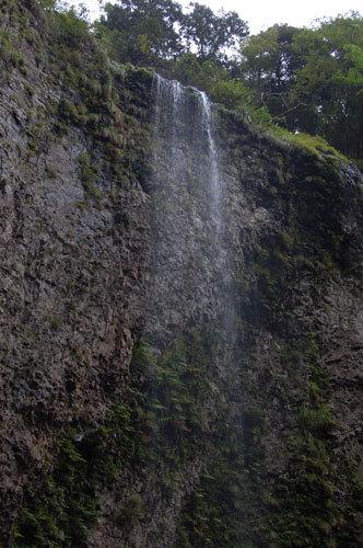 写真:壇鏡(だんぎょう)神社の、裏見の滝でもある雄滝。この日は水量が少なかったので迫力があるというよりは優しい雰囲気でした