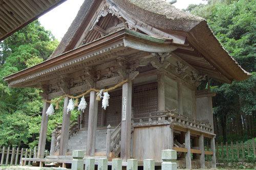 写真:島後にある玉若酢命神社(たまわかすみことじんじゃ)。隠岐国の総社で、本殿は、春日造と大社造をあわせた「隠岐造」といわれる独特の様式。かやぶきのどっしりした随神門も趣があってすてき