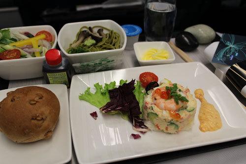 写真:キャセイパシフィック航空・ビジネスクラスの機内食。タラバ蟹をたっぷり使ったマヨネーズ仕立ての前菜。この後、チキンのチリソース炒めとジャスミンライスの炒飯へと続きます