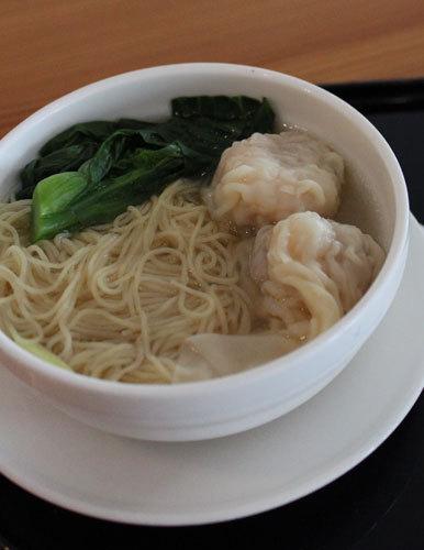 写真:香港国際空港のキャセイパシフィック航空ラウンジ内にある「ザ・ヌードルバー」のワンタン麺。ザ・ペニンシュラ香港仕込みの味わいです。担々麺が有名ですが、私は香港らしいワンタン麺が好き