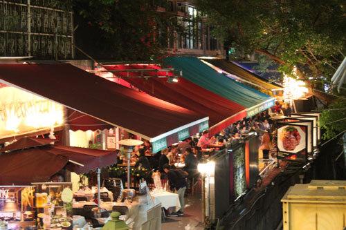 写真:ちょっとおめかしした香港人のカップルやツーリストで深夜まで賑わうナッツフォードテラス。イタリアンのほかスペイン風のタパスがあるバルやアイルランド風のパブ、アメリカン・スタイルのステーキハウス、エキゾチックなタイ料理などレストランがぎっしり