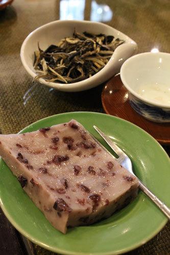 写真:お茶うけの中国菓子。もっちもちした中に黒米のぷちぷちした歯ごたえがあり、食感が楽しい。甘さはごくうっすらと控えめ