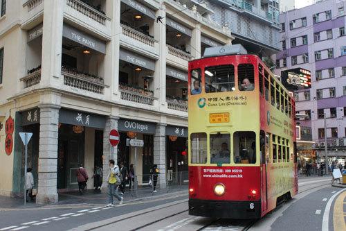 写真:ホテルのある銅鑼湾(コーズウェイベイ)から香港公園のある金鐘(アドミラルティ)までは香港地下鉄(MTR)で2駅。香港島ならではのトラムに乗ってのんびり行くのもおすすめ
