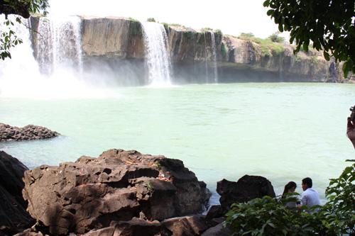 写真:チョウチョに導かれて辿り着いた、女滝のダライヌア滝。眺めが美しく涼しいため、地元の若者に人気のデートスポット