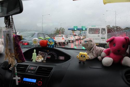 写真:タクシーでは乗客が助手席に座ることが多いため、助手席をかわいくデコレーションしているそう。「旅行者に喜んでもらおうと、妻が飾りつけました」と、40歳の運転手さん