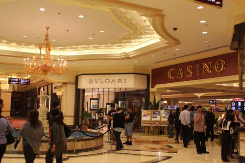写真:310台のテーブルと1728台のスロットマシーンがある「リゾートワールドマニラ」のカジノ。VIP会員用の豪華なクラブルームもありました