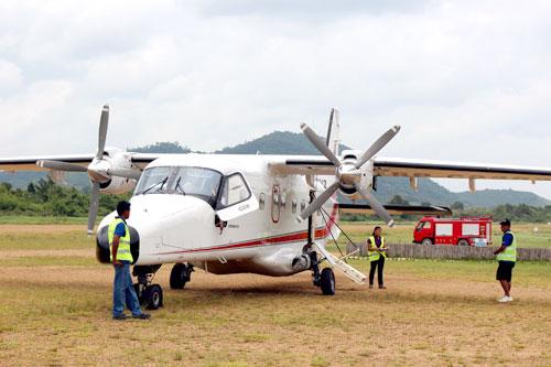 写真:マニラとリゾートを結ぶ、リゾート専用のプロペラ機。ドイツ製で19人乗り。リゾートの空港は、ご覧のような原っぱです