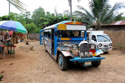 写真:アプリット島への移動では、フィリピン名物のジープニーにも乗れます。カラフルにデコレーションしたジープで、街中では乗合タクシーとして利用されています