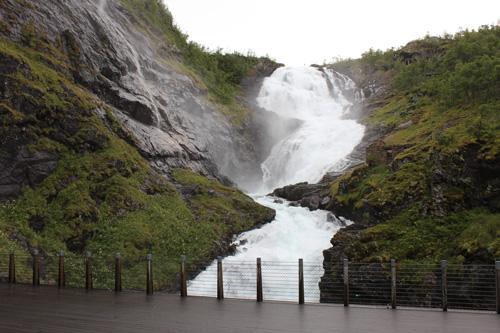 写真:途中にあるショースの滝の展望台で5分ほど停車し、下車して楽しむ時間が設けられています。この日は水量が多く水しぶきがすごい! 季節により停車しないこともあるそう