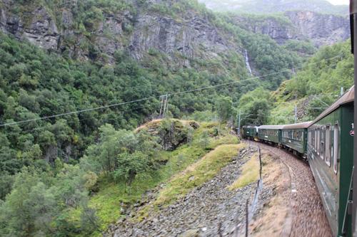 写真:高低差860メートルを進むフロム鉄道は、山岳鉄道の傑作といわれます。大きなザックを持った登山客や、自転車でツーリングする人など、アクティブな旅行者たちが乗り合わせていました