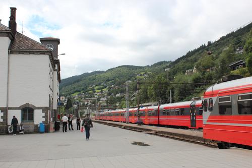 写真:フィヨルド・クルーズやフロム鉄道がお目当ての観光客が多く利用するヴォス駅。バス乗り場は駅の目の前。列車の到着とバスの出発時間が接続していて、個人旅行でも移動しやすい