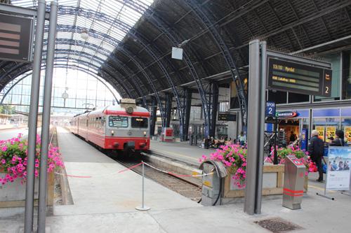 写真:旅の起点となったベルゲン駅。日光を取り込むドーム型の天井と白い壁が明るく開放的な印象。色とりどりの花が植えられています。これからこの列車に乗り込みます!