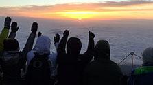 山梨)ご来光に「グラシァス」 富士山の山開き