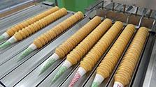 夏到来、ソフトクリームのコーン増産中