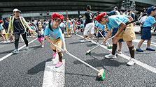日本橋で「橋洗い」 1800人、デッキブラシで掃除