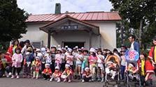 「日本一終発の早い駅」にかわいいお見送り 路線は危機