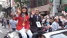 伊調馨選手、故郷・八戸で凱旋パレード 4万人が祝福