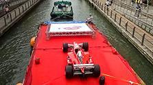フェラーリが水上パレード 「皇帝」の愛用車も 大阪