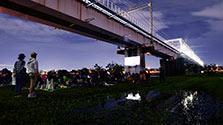 夜の河川敷、「ねぶくろシネマ」に 多摩川