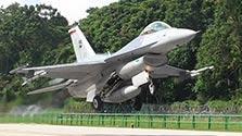 一般道路に戦闘機が離着陸 シンガポール空軍が軍事訓練