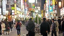 歌舞伎町の悪質客引き、過激放送で対抗 「なめるなよ」