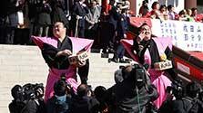 横綱・稀勢の里ら「福は内!」 成田山で豆まき