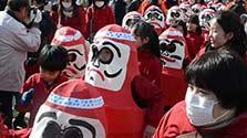 広島)小だるま行進に歓声 三原神明市にぎわう