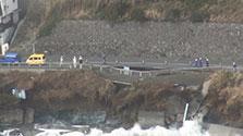 横須賀の県道、37mにわたり陥没 高波の影響か