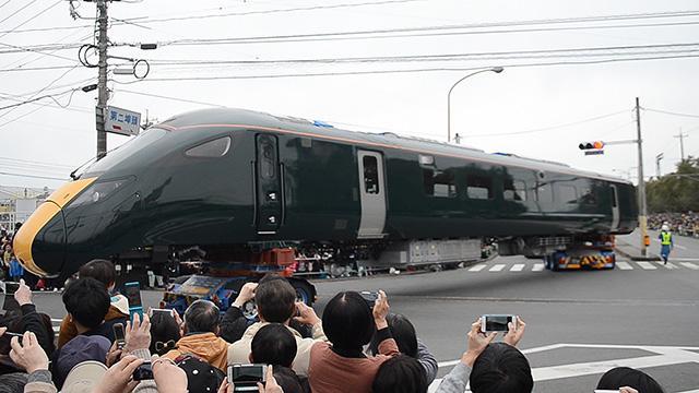 鉄道車両の陸送イベント、まさかの集客 口コミで拡散か