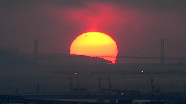 奈良)明石海峡大橋に落日 生駒山地から撮影