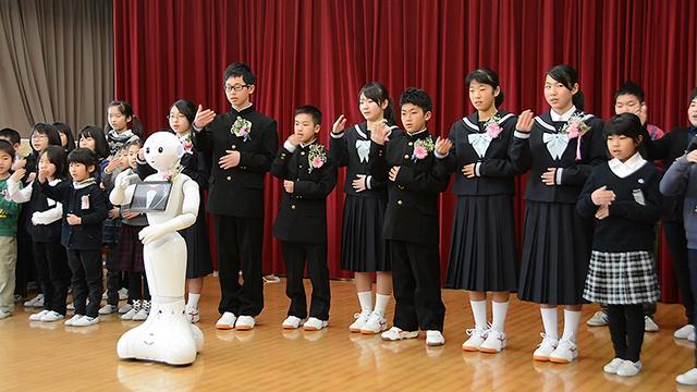 鳥取)閉校の八頭町立丹比小、隼小で卒業式