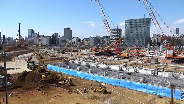 東京五輪へ、400人が作業 新国立の建設現場公開