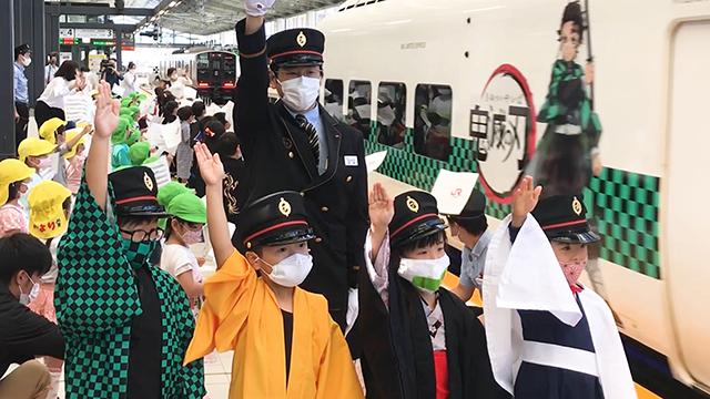 「鬼滅の刃」ラッピング列車、長崎出発