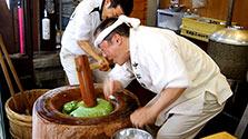 仕上げは1秒2回! 奈良の高速餅つき、被災熊本で披露