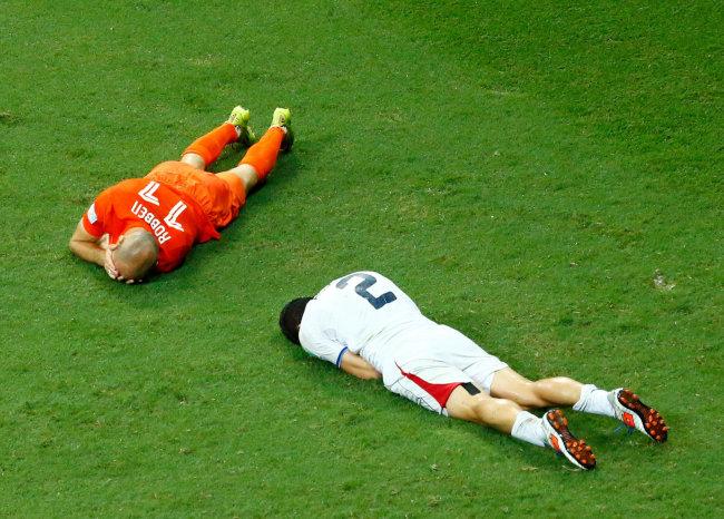 衝突して倒れ込んだオランダのロ...