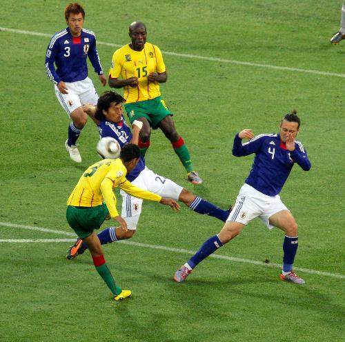 写真:後半、チュポモティング(手前左)のシュートを阻む中沢(同中央)と闘莉王(4)=西畑志朗撮影