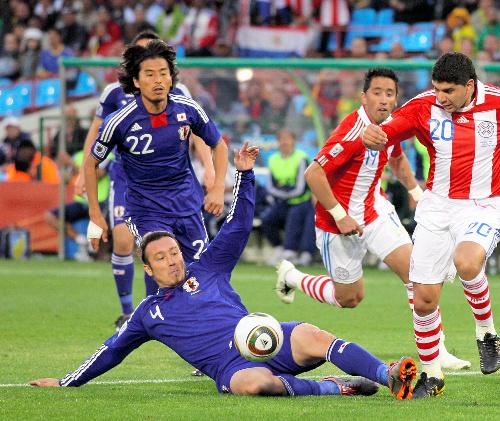 写真:後半、ゴール前に戻ってクリアする闘莉王(4)とカバーに入る中沢=杉... 後半、ゴール前に