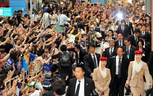 写真:帰国し、ファンの声援を受ける日本代表の選手たち=1日午後5時34分、関西空港、日吉健吾撮影