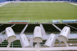 写真:プレー分析システムの専用カメラ。5台が扇状に取り付けられ、ピッチ全体をカバーする=埼玉スタジアム