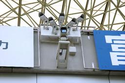 写真:プレー分析システムの専用カメラ(上部の5台)。扇状に取り付けられ、ピッチ全体をカバーする=埼玉スタジアム