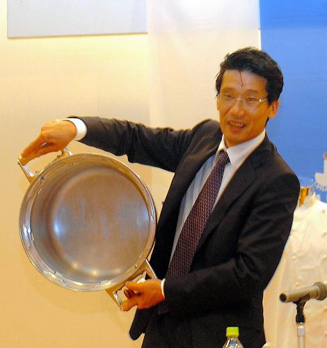 写真:W杯に持参した圧力鍋を披露する西シェフ=福島県のJヴィレッジ
