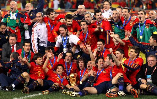写真:初優勝を果たし、ピッチで記念写真に納まるスペインの選手たち=越田省吾撮影