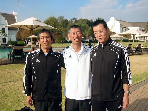 写真:(左から)中島圭吾さん、妻木充法さん、鳥海崇さん=プレトリア、富田写す