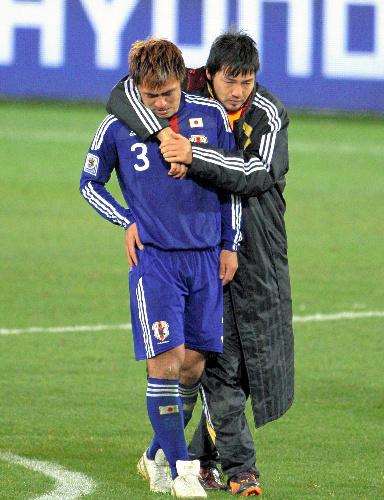 写真:駒野友一選手(左)=西畑志朗撮影