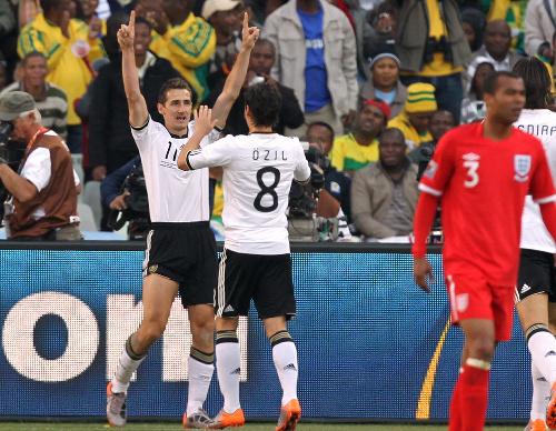 写真:前半20分、先制ゴールを決めて喜ぶドイツのクローゼ(左端)とエジル(8)=越田省吾撮影