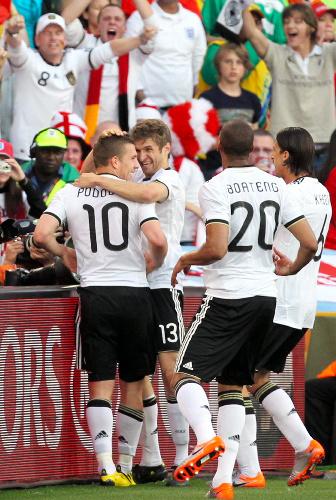 写真:前半32分、ゴールを決めたポドルスキ(10)に駆け寄るドイツの選手たち=越田省吾撮影