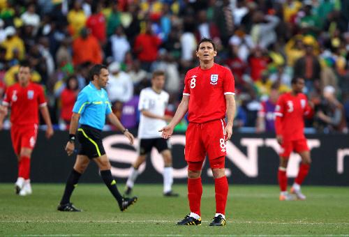 写真:前半、ゴールが認められず立ち尽くすイングランドのランパード(8)。左はラリオンダ主審=越田省吾撮影